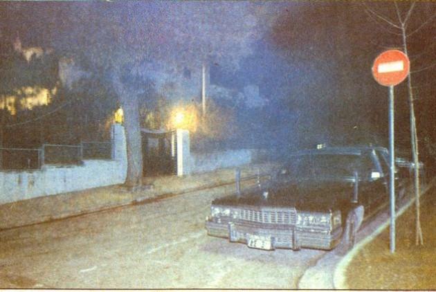 Η λιμουζίνα του Αμερικανού πρέσβη στο Καστρί, τη νύχτα της 27/2/1983. Φωτογραφία από το «Εθνος» της επομένης