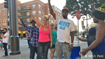Με σύνθημα «Black Lives Matter» πολλοί αφροαμερικανοί διαδηλώνουν κατά της ρατσιστικής βίας