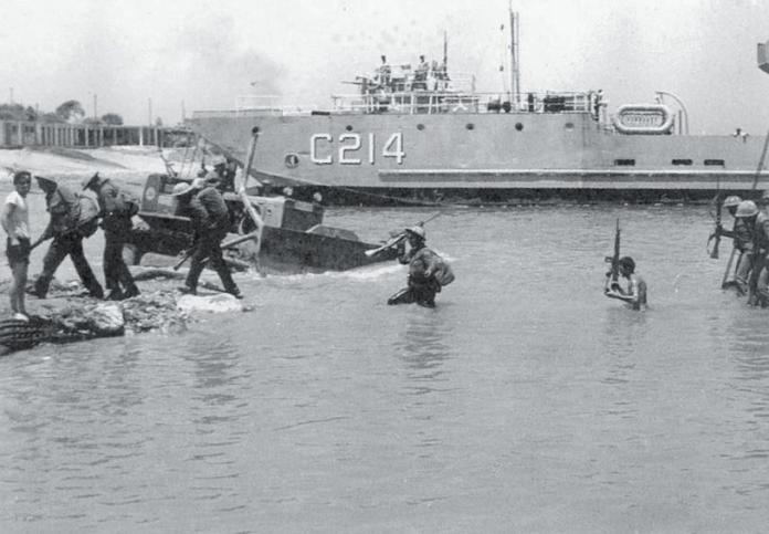Οι τελευταίοι Τούρκοι στρατιώτες κατά την απόβαση της 20ής Ιουλίου βγαίνουν στη στεριά.