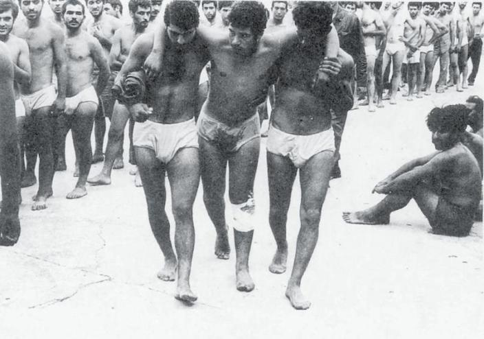 Στη Λευκωσία Ελληνοκύπριοι αιχμάλωτοι. Η φωτογραφία είναι του πολεμικού ανταποκριτή Εργκίν Κονούκσεβερ.