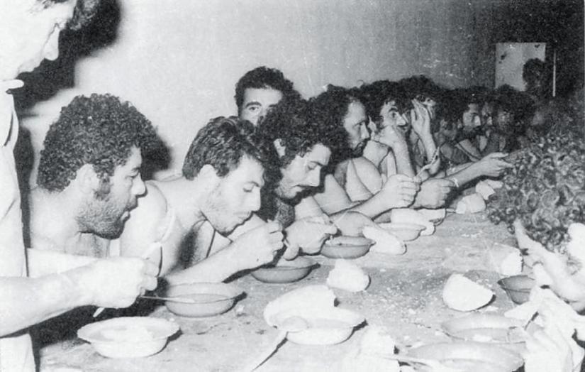 Ελληνοκύπριοι αιχμάλωτοι από τον Αττίλα την ώρα του φαγητού.