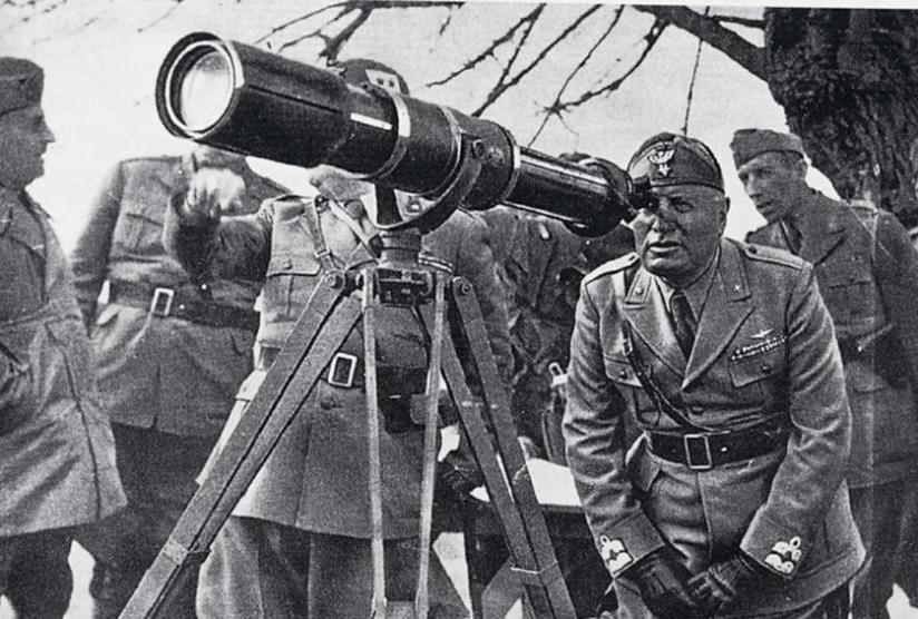 Ο Μουσολίνι στην πρώτη γραμμή του αλβανικού μετώπου τον Μάρτιο του 1941 κατά την «εαρινή επίθεση» των Ιταλών. Η πανωλεθρία του έμεινε παροιμιώδης.