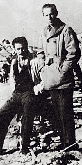 Ο Γιάννης Ρίτσος και ο Μάνος Κατράκης σε Πολιτικό Στρατόπεδο της Μακρονήσου το 1949.