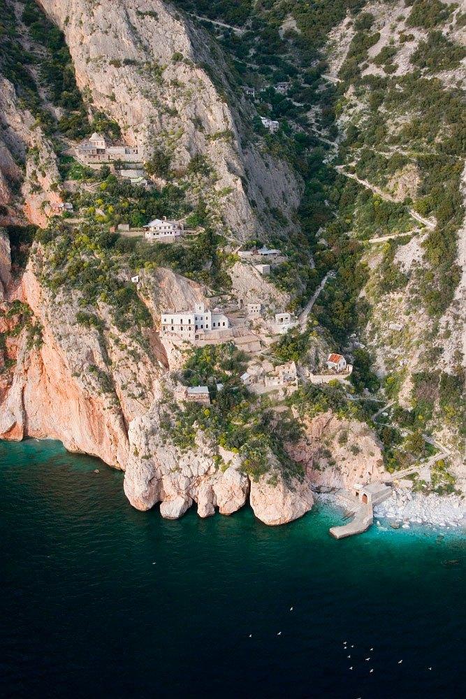 Τα ιστορικά μοναστήρια και τα χωμένα σε απόκρημνους βράχους κελιά χαρακτηρίζουν το Άγιο Όρος ως το μεγαλύτερο ζωντανό μουσείο τέχνης, εθνολογίας και εκκλησιαστικής ιστορίας.