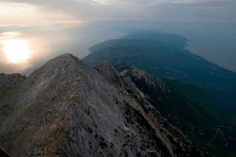 Η γυμνή κορυφή του όρους Άθω, στη μέση του Αιγαίου.