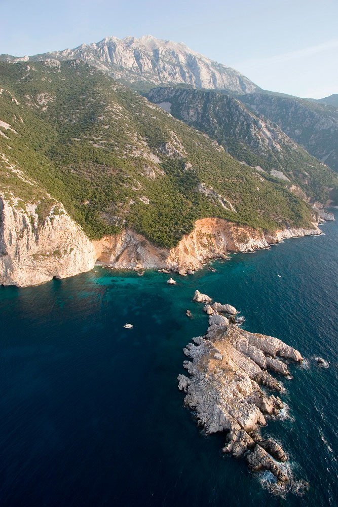 Η γαλάζια θάλασσα περιλούζει τον πανέμορφο αυτό τόπο.