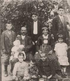 Ελλαδικοί κομμουνιστές, που είχαν καταφύγει στην ΕΣΣΔ το Μεσοπόλεμο και έχασαν τη ζωή τους την περίοδο των σταλινικών εκκαθαρίσεων.