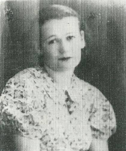 Η Αννα Κοσμίδου έχασε και τα πέντε παιδιά της, αφού προσπάθησε μάταια να τα προστατέψει μέσα στα φορέματά της. Η ίδια, ημιθανής με εννέα τραύματα, ανασύρθηκε από το σωρό των νεκρών παιδιών της