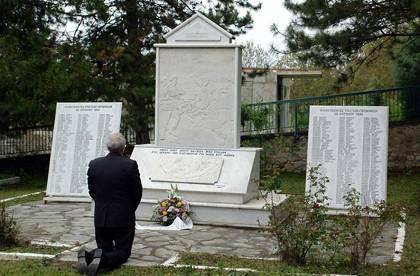 Ο Χάρμουντ Πούτιγκαμ, από το σύλλογο «Διάλογος» του Μπέλμενχορστ της Βρέμης, ζητά γονυπετής συγγνώμη μπροστά στο μνημείο για τα θύματα των ναζιστών στους Πύργους Πτολεμαΐδας