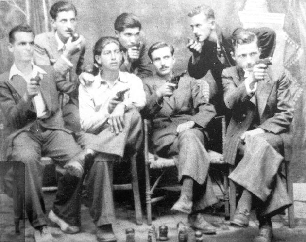 «Εθνικισταί» της νεολαίας του ΕΔΕΣ στη Ναύπακτο ποζάρουν ένοπλοι εν μέσω Κατοχής (Απρίλιος 1944). Το επόμενο διάστημα οι περισσότεροι εντάχθηκαν στο τοπικό Τάγμα Ασφαλείας και μεταπολεμικά στελέχωσαν τις «μαχητικές ομάδες» της »Χ»