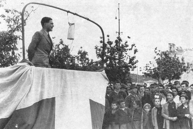 Με προπέτασμα τη σημαία, «εθνικιστής» προπαγανδιστής βγάζει λόγο σε Ηπειρώτες χωρικούς που συγκέντρωσαν η Βέρμαχτ και η Χωροφυλακή