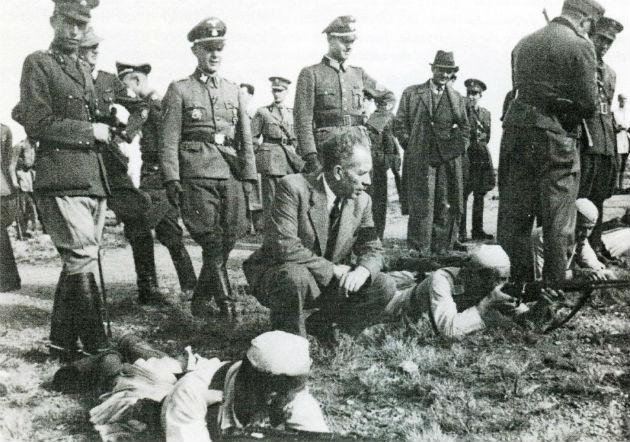 Ο «φιλέλλην» αρχηγός των Ες Ες και προϊστάμενος των δωσιλογικών σωμάτων ασφαλείας, στρατηγός Βάλτερ Σιμάνα, κι ο διευθυντής της Ειδικής Ασφάλειας, υποστράτηγος Λάμπου, εκπαιδεύουν γερμανοτσολιάδες