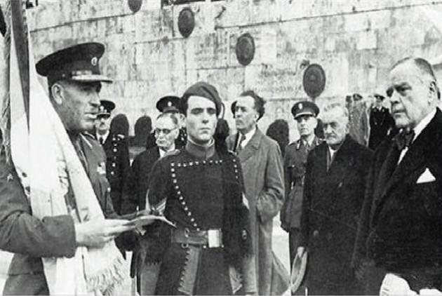 1943:Ο Ιωάννης Ράλλης παραδίδει την ελληνική σημαία, μπροστα στο μνημείο του Αγνώστου Στρατιώτη, στον ταγματάρχη Πλυτσανόπουλο, αρχηγό των Ταγμάτων Ασφαλείας Αττικής