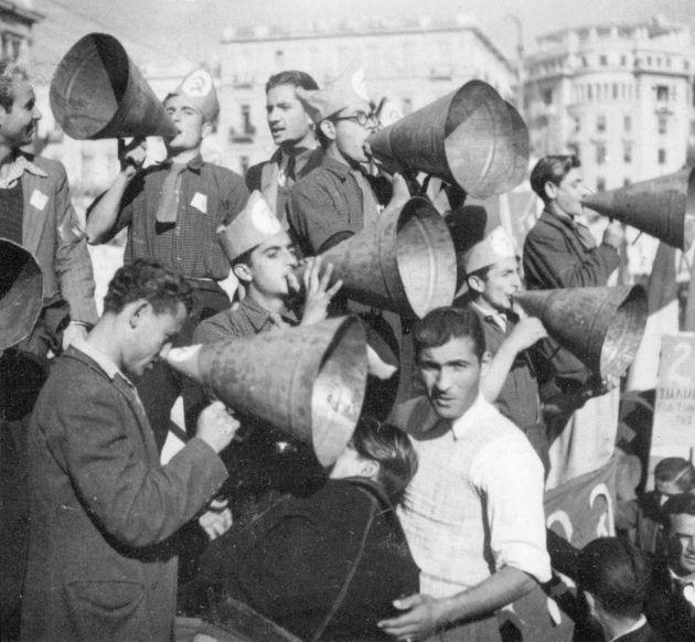 Τα ηρωικά «χωνιά» σε πανηγυρική επίδειξη, μετά την απελευθέρωση (26/11/1944)