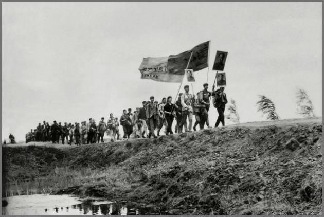 Συγγραφείς και καλλιτέχνες της Μαντζουρίας καθ' οδόν προς τη χειρωνακτική εργασία στα χωριά του Βουτσάνγκ (18/8/1968)