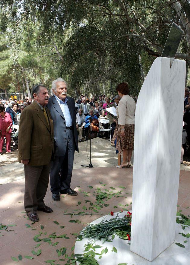 Ο Λάκης Σάντας κι ο Μανώλης Γλέζος καταθέτουν στεφάνι στο μνημείο των εκτελεσμένων αντιστασιακών συντρόφων τους στο Γουδί (6/5/2007).