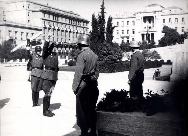 2 Οκτωβρίου 1944. Η Βέρμαχτ καταθέτει στεφάνι στον Αγνωστο Στρατιώτη, προτού εγκαταλείψει την Αθήνα
