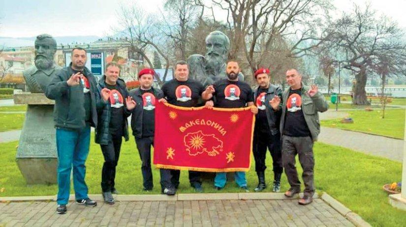 Εθνικιστές κρατούν σημαία της «Ενωμένης Μακεδονίας», τα σύνορα της οποίας εκτείνονται έως τη Θεσσαλονίκη, τη Χαλκιδική, την Καβάλα και τη Θάσο.