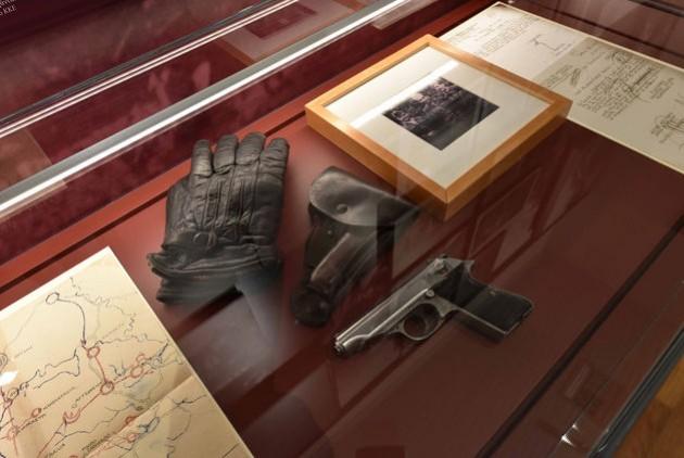 Ο Δημήτρης Κουτσούμπας πρόσφερε στη συλλογή τα γάντια του Νίκου Μπελογιάννη, τη θήκη του όπλου του, αλλά και το ίδιο το όπλο, ένα πιστόλι Walther του 1938. «Το πήραν κατά την Κατοχή από κάποιον Γερμανό και το είχε στον Δημοκρατικό Στρατό