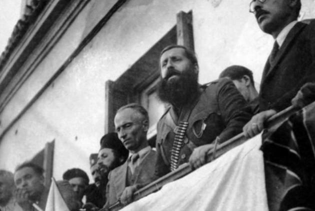 Ο Αρης ενώ εκφωνεί την (πραγματική) ομιλία του στην άρτι απελευθερωμένη Λαμία (22/10/1943).