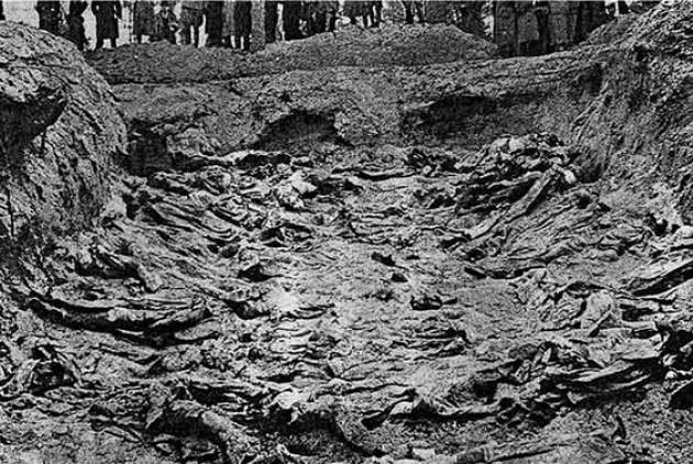 Οι ομαδικοί τάφοι με χιλιάδες πτώματα όπως τους φωτογράφισαν οι ναζί